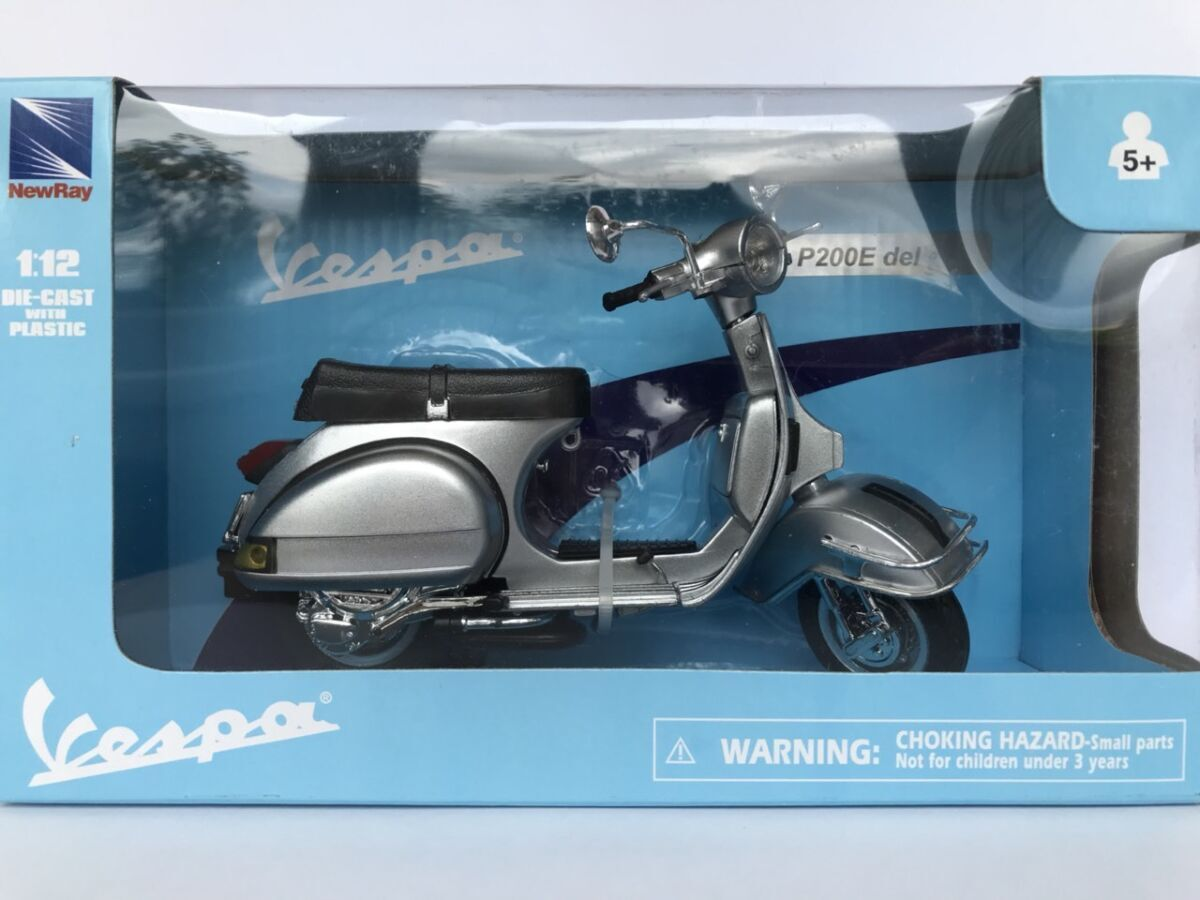 Модель скутер 1:12 Vespa P200E Del PIAGGIO сірий New Ray игрушка веспа