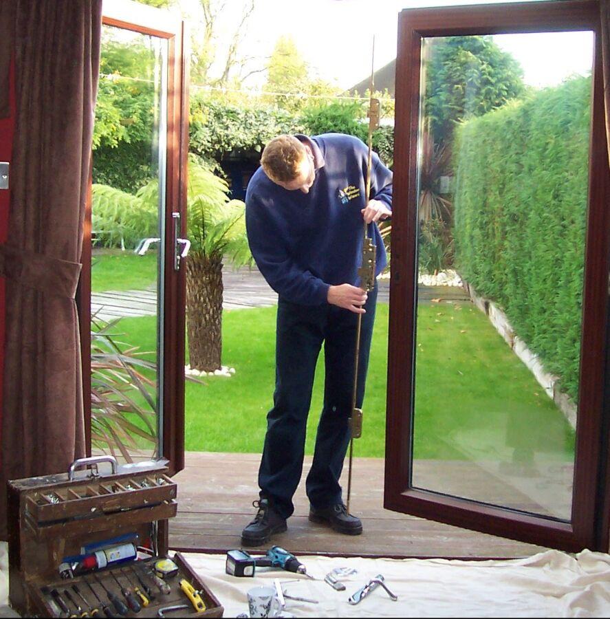 Професійний ремонт і регулювання вікон і дверей
