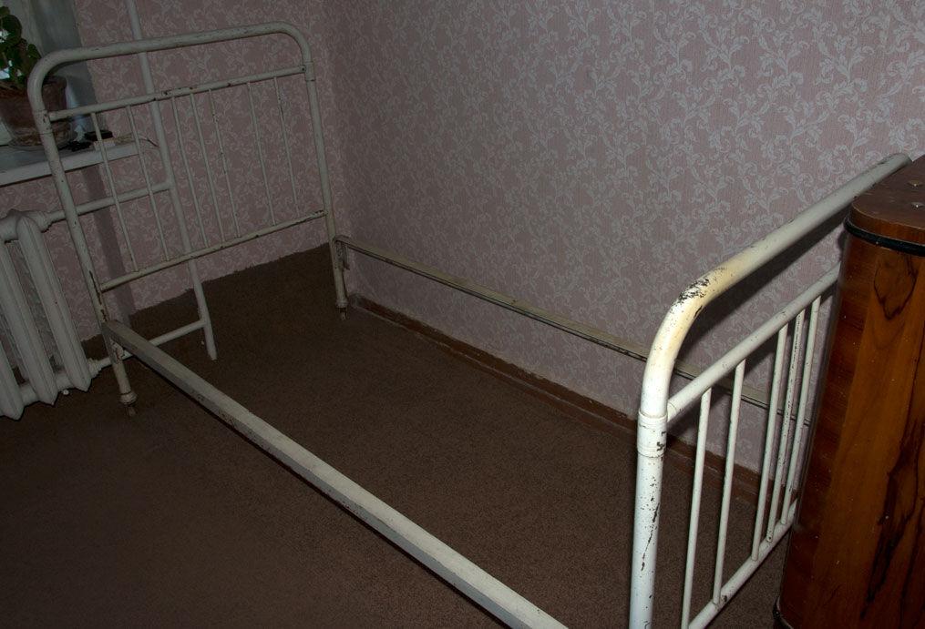 Железная кровать ( разборная ).