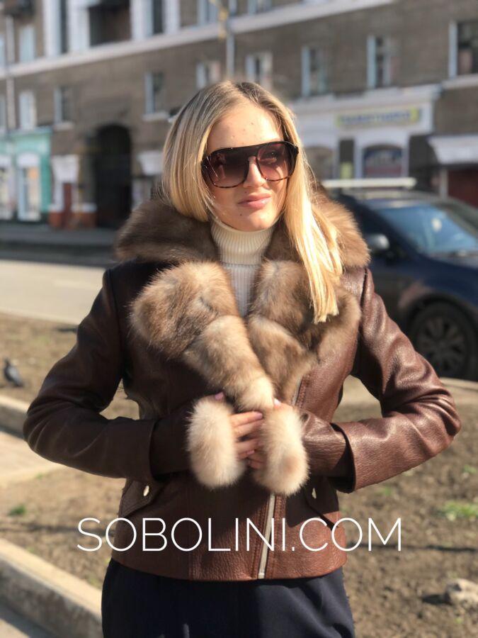Модная куртка-косуха с воротником из куницы каменки