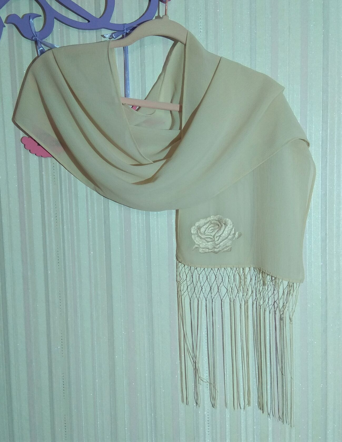 Кремовый шарф AVON с бахромой