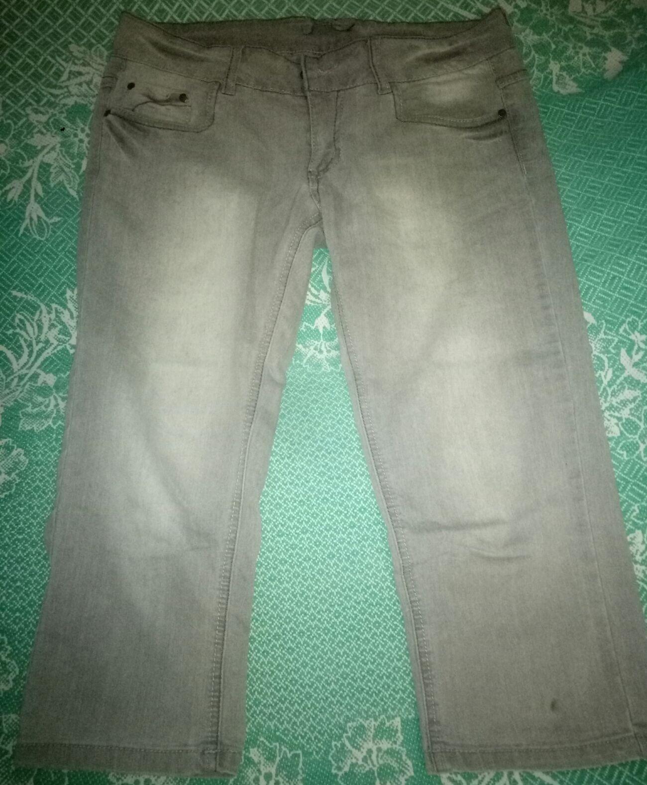 Светло-серые джинсовые бриджи