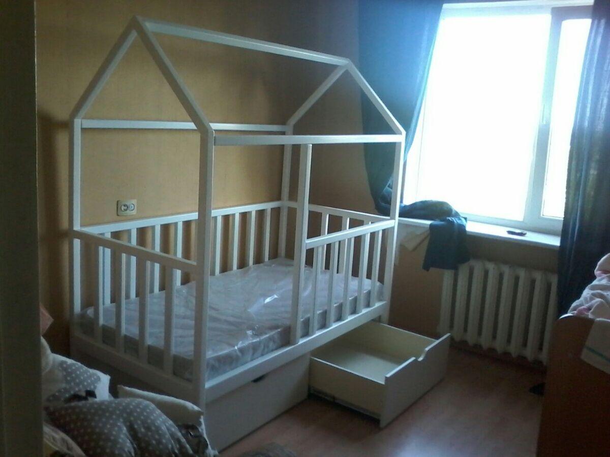 Детская кровать домик из натурального дерева. Цвет белый.