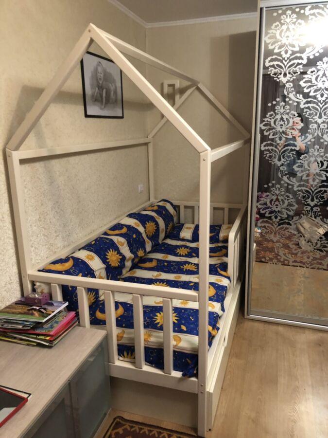 Детская кровать- домик из натурального дерева. Цвет ваниль.