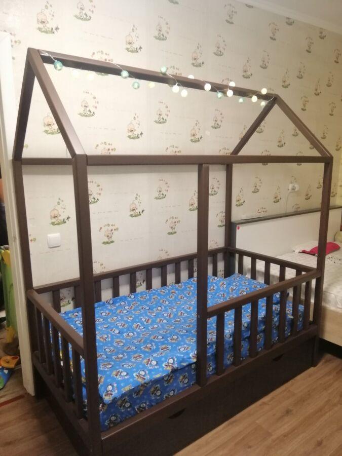 Детская кровать домик из натурального дерева. Цвет венге.