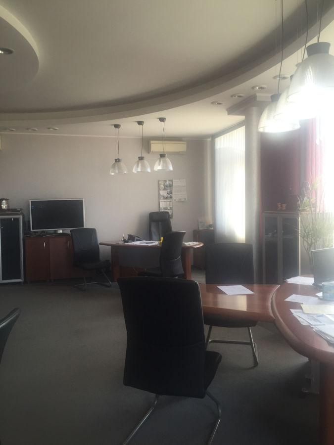 Продам офис на площади Защитников Украины