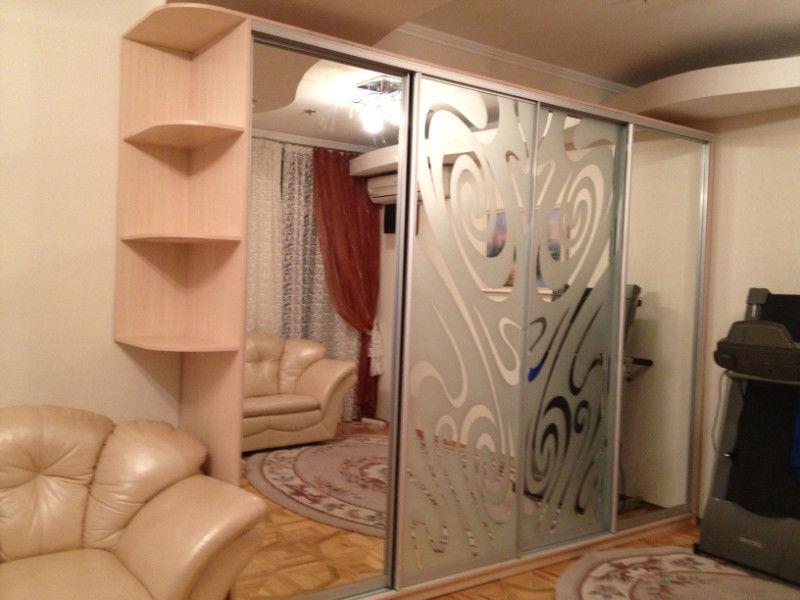 Фото 3 - Шкаф-купе на 4 двери с боковыми полочками