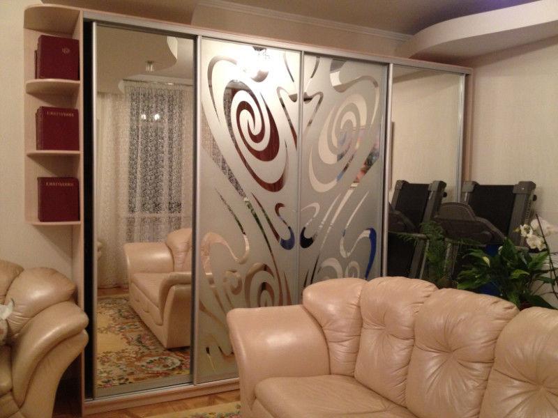 Фото - Шкаф-купе на 4 двери с боковыми полочками